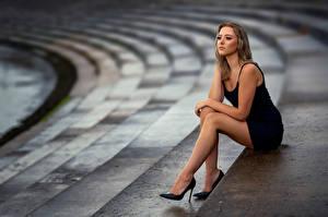 Фотография Поза Сидя Ноги Платье Боке Laura молодые женщины