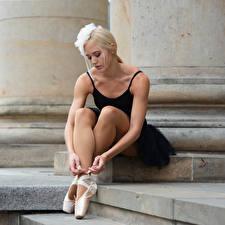 Обои Блондинка Сидя Ноги Балета Mandy девушка