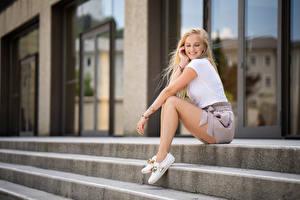 Обои Блондинка Улыбка Сидя Ноги Лестница Marissa Девушки