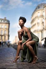 Фото Негр Поза Сидит Ног Платье Взгляд Mary молодые женщины