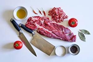 Фотографии Мясные продукты Нож Перец чёрный Острый перец чили Помидоры Специи Серый фон Солью