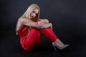 Картинки Блондинки Позирует Сидящие Смотрит Mia