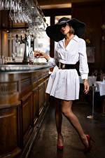 Картинка Поза Платье Шляпа Бар Очках Nadege молодые женщины