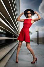 Картинки Поза Платье Шляпа Ног Очков Смотрит Nadege молодая женщина