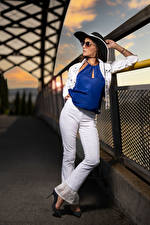 Фотография Позирует Штаны Шляпа Блузка Очки Nadege молодая женщина