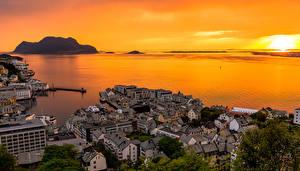 Фото Норвегия Рассвет и закат Вечер Побережье Дома Alesund