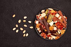 Картинки Орехи Шоколад Сладкая еда Серый фон Тарелке Еда
