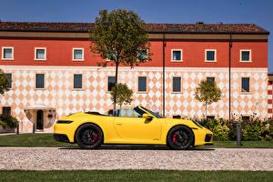 Фото Порше Сбоку Желтая Металлик Кабриолета 911 Carrera GTS Cabriolet, (Worldwide), (992), 2021 машины
