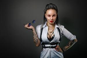Картинки Поза Смотрят Декольте Рука Татуировка Очки Ronny, Nikolay Bobrovsky молодая женщина