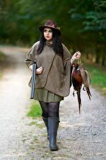 Картинка Ружьё Птицы Брюнетка Шляпа Охоте девушка