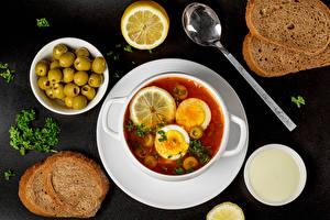 Фотографии Супы Оливки Хлеб Лимоны Сметана Сером фоне Ложки Еда
