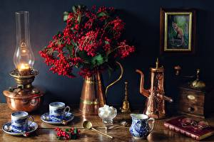Картинка Натюрморт Ягоды Керосиновая лампа Вазе Чашка Книга Очки Сахар guelder rose