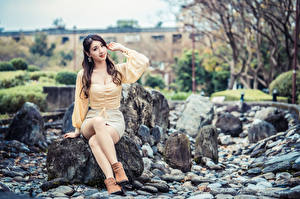 Картинка Камни Азиаты Сидящие Ног Смотрит молодая женщина