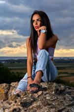 Фотография Камни Наручные часы Брюнетки Сидящие Джинсов Смотрит Девушки