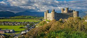 Обои для рабочего стола Великобритания Замок Гора Уэльс Башни Облака Harlech Castle Природа