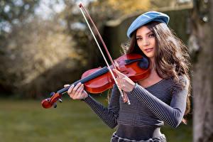Обои для рабочего стола Скрипки Берет Взгляд Elle молодые женщины