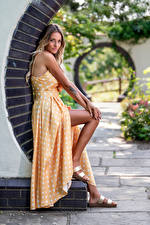 Фото Смотрит Платья Ног Блондинок Wikky молодая женщина