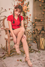 Обои Азиаты Стулья Сидит Ноги Коса Шатенка Девушки картинки
