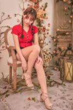 Фотографии Азиатка Стулья Сидит Ноги Косички Шатенки молодая женщина