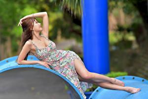 Фотография Азиаты Платья Лежит Поза Ноги