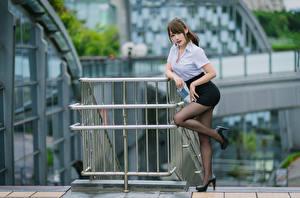 Обои Азиаты Поза Ноги Юбке Блузка Смотрят молодая женщина