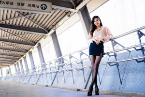 Картинки Азиатки Поза Улыбка Ног Юбка Взгляд Блузка девушка