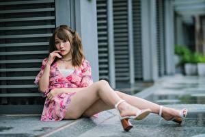Картинки Азиатка Сидя Платья Ног Взгляд Шатенка девушка