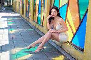 Фото Азиатка Сидящие Ноги Платья Взгляд Девушки