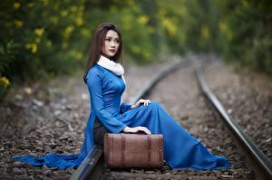 Картинка Азиатка Сидит Рельсах Чемодан Боке Девушки