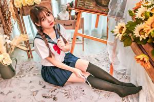 Фото Азиаты Сидит Униформа Школьницы Взгляд Ноги Гольфы молодые женщины