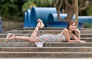 Обои для рабочего стола Азиатки Лестницы Лежат Платья Смотрят молодая женщина