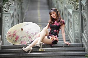 Фотографии Азиатка Лестницы Сидящие Платье Ног Зонтом Смотрят Модель девушка