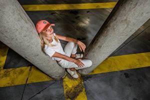 Картинка Блондинка Сидит Поза Кепке Улыбка Взгляд