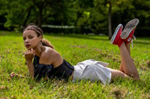 Фотографии Траве Лежачие Ног Юбки Взгляд Celine Девушки