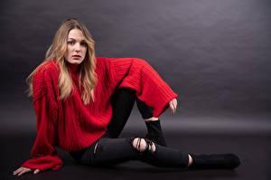 Фотографии Позирует Сидящие Свитер Джинсы Смотрят Claudie Michaud-Couture молодые женщины