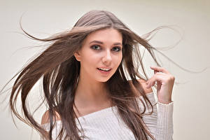 Картинка Цветной фон Шатенка Волосы Взгляд Руки молодая женщина