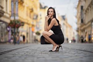 Фотография Поза Сидящие Платья Смотрят Размытый фон Daniela молодая женщина