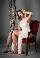 Обои для рабочего стола Блондинка Стул Сидя Платья Ноги Смотрят Позирует Ella девушка