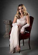 Обои для рабочего стола Стул Блондинка Сидя Платье Смотрит Ella молодые женщины
