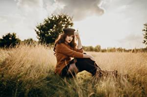 Фотография Поля Фотомодель Сидя Свитере Кепка Взгляд Боке Virginia Hinz молодые женщины