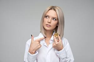 Картинка Пальцы Биткоин Блондинки Серый фон молодые женщины