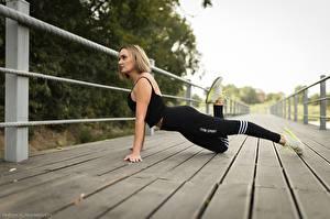 Фото Фитнес Мост Позирует Униформе Ноги Кроссовки молодые женщины