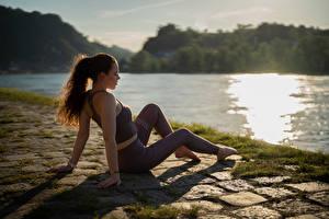 Фото Фитнес Сидящие Униформе Рука Ноги Траве Размытый фон Katja девушка