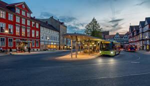 Картинки Германия Дома Автобус Городской площади Улиц Уличные фонари Wolfenbüttel, Kornmarkt, bus station