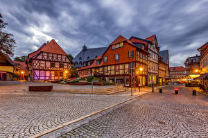 Картинка Германия Здания Улица Уличные фонари Wernigerode, Leaning House город