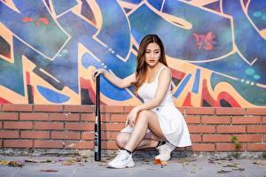 Фотография Граффити Азиаты Шатенки Юбка Руки Ноги Кроссовках Бейсбольная бита Девушки