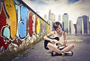Фотографии Граффити Музыкальные инструменты В наушниках С гитарой Сидит молодые женщины