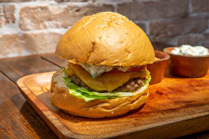 Обои Гамбургер Булочки Котлета Разделочной доске Продукты питания