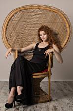 Картинка Heidi Romanova Кудрявые Рыжая Кресло Сидя Платье Взгляд молодая женщина