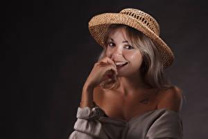 Фотографии Улыбка Шляпа Взгляд Русые Jolie девушка